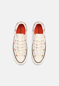 Converse - CHUCK 70 EMBROIDERED GARDEN PARTY - Trainers - egret/bright poppy/black - 6