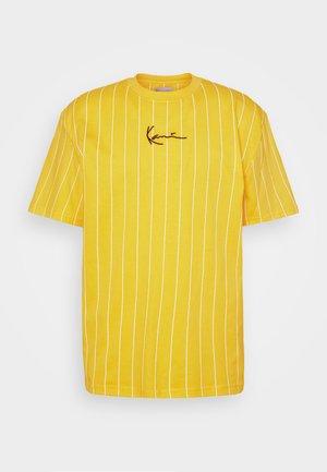 SMALL SIGNATURE PINSTRIPE TEE UNISEX - Triko spotiskem - yellow/white