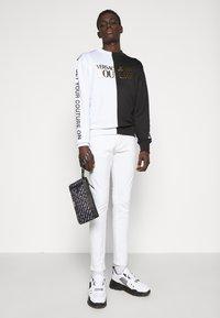 Versace Jeans Couture - UNISEX - Bolso de mano - black - 0