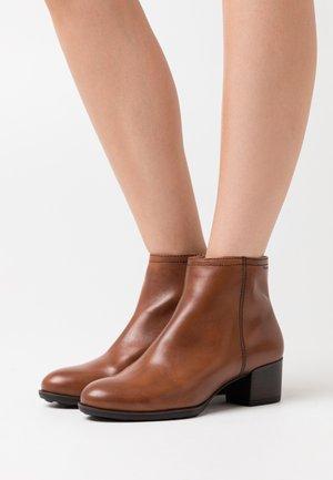 BOOTS - Botki - mahogany