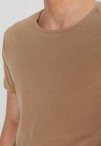 Jack & Jones - JJPRHUGO TEE CREW NECK  - Basic T-shirt - tigers eye - 3
