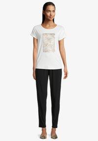 Betty & Co - Print T-shirt - rohweiß - 1