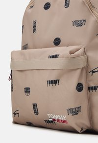 Tommy Jeans - CAMPUSDOME BACKPACK PRINT UNISEX - Ryggsäck - beige - 3