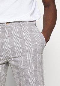 Burton Menswear London - SMART CHECK - Shorts - grey - 5
