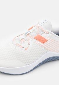 Nike Performance - MC TRAINER - Zapatillas de entrenamiento - summit white/ashen slate/crimson bliss/orange pearl/white/venice - 5