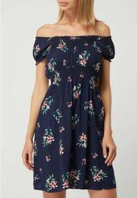 APRICOT - OFF-SHOULDER AUS VISKOSE - Jersey dress - marineblau - 1