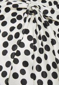 Topshop Maternity - SPOT PRINT SARONG - Pouzdrová sukně - mono - 2