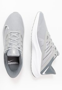 Nike Performance - QUEST 3 - Zapatillas de running neutras - light smoke grey/smoke grey/white - 1