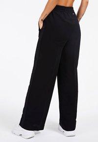 Guess - MIT LOGO - Pantalon classique - schwarz - 1