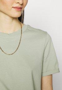 Pieces - PCRIA FOLD UP SOLID TEE  - Basic T-shirt - desert sage - 4