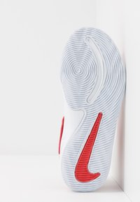Nike Performance - TEAM HUSTLE D 9 AUTO - Chaussures de basket - university red/metallic silver/wolf grey/white - 5