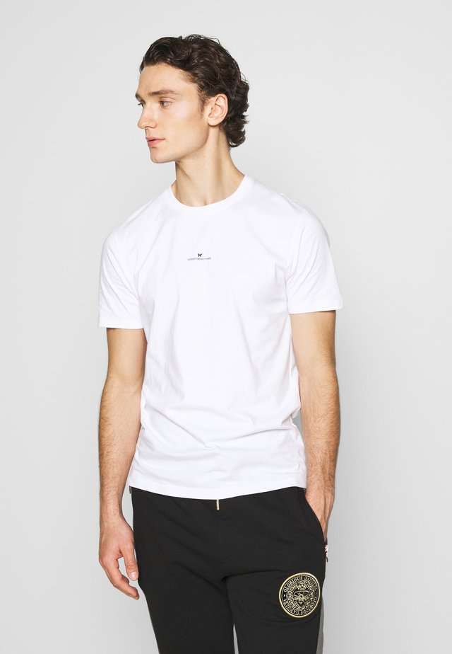FITTED WITH STACKED BRANDING - T-shirt print - white