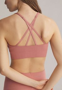 OYSHO - Light support sports bra - rose - 1