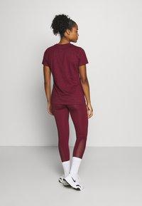 Nike Performance - DRY TEE CREW - Camiseta estampada - dark beetroot/desert berry - 2
