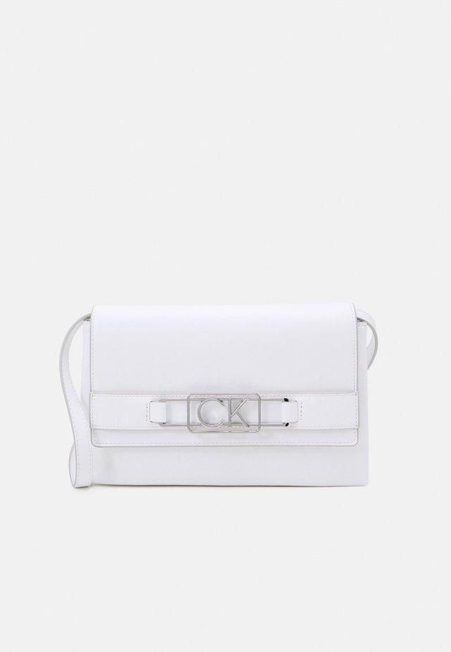 CLUTCH FLAP - Clutch - white
