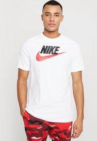 Nike Sportswear - TEE ICON FUTURA - T-shirt med print - white/black/university red - 0