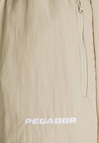 Pegador - SHADOW WIDE TRACKPANTS - Kangashousut - coconut - 2