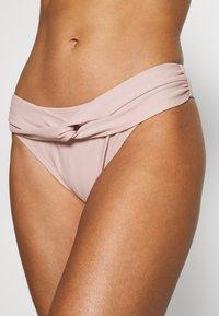 NA-KD - TWISTED HIGHCUT PANTY - Bikiniunderdel - dusty rose - 4
