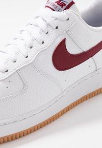 Nike Sportswear - AIR FORCE 1 '07 - Sneakers laag - white/team red/blue void/medium brown - 5