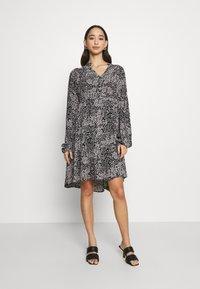Vero Moda - VMCAITLYNN SHORT DRESS - Blousejurk - black/caitlynn/snow white - 0