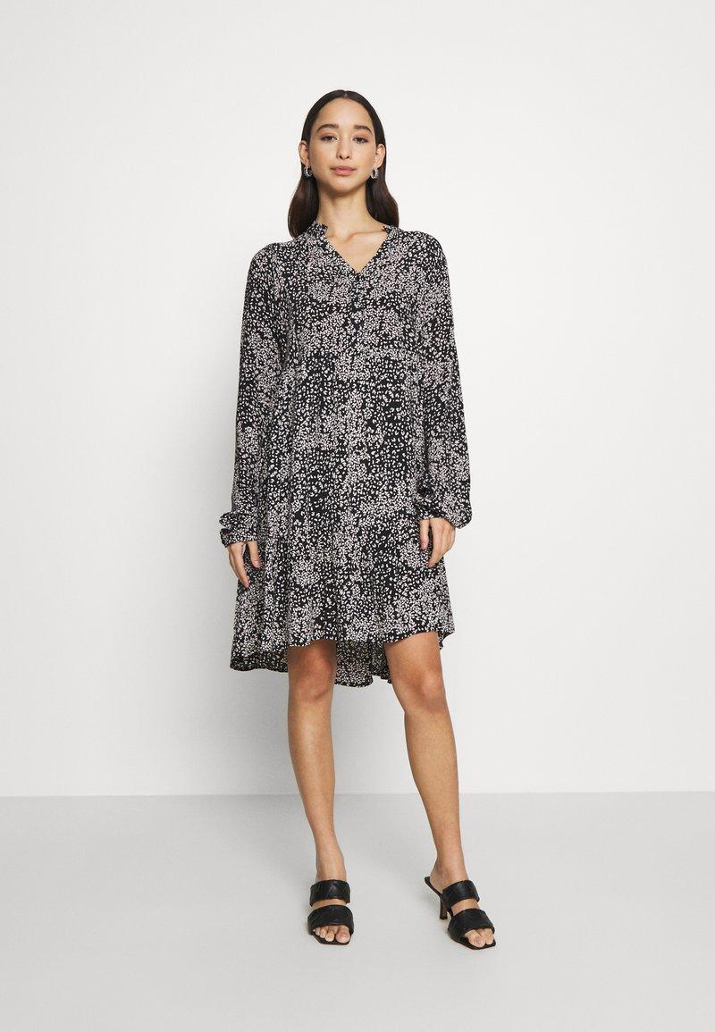 Vero Moda - VMCAITLYNN SHORT DRESS - Blousejurk - black/caitlynn/snow white