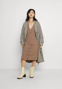 Fashion Union Petite - FAVOUR LONGLINE CARDI BUTTONS - Cardigan - camel - 1