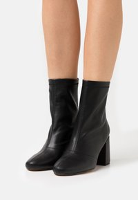 Missguided - BLOCK HEEL SOCK BOOTS - Classic ankle boots - black - 0