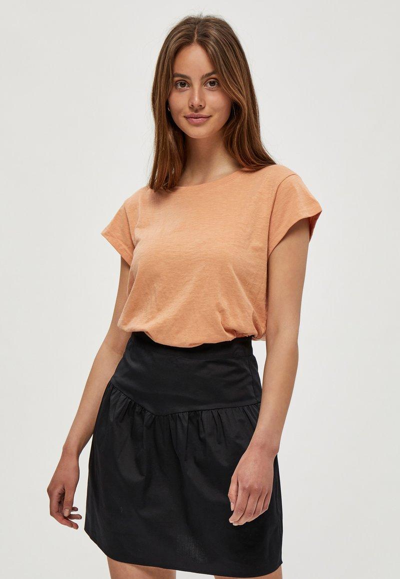 Minus - LETI - Basic T-shirt - tropical peach