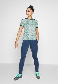Puma - GRAPHIC - Camiseta estampada - dark denim/mist green - 1