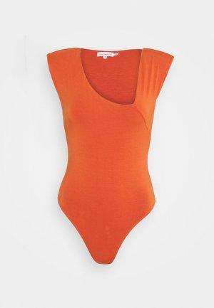 ASYMMETRIC SLEEVELESS BODY - Print T-shirt - cinnamon