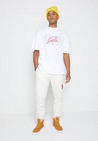 Tommy Hilfiger - LEWIS HAMILTON UNISEX OVERSIZED LOGO TEE - T-shirt print - white - 2