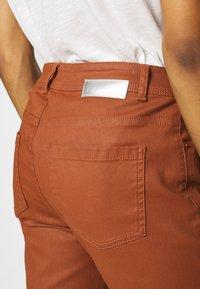 comma - Spodnie materiałowe - cognac - 4