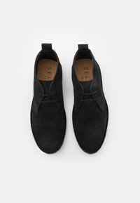 Selected Homme - SLHRICKY CHUKKA BOOT STRAP - Casual lace-ups - black - 3