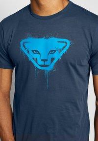 Dynafit - GRAPHIC TEE - T-shirt z nadrukiem - midnight navy - 3
