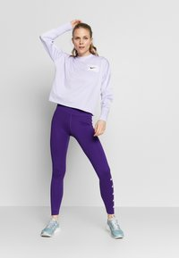 Nike Performance - MIDLAYER CREW REBEL - Camiseta de deporte - lavender mist/white/black - 1