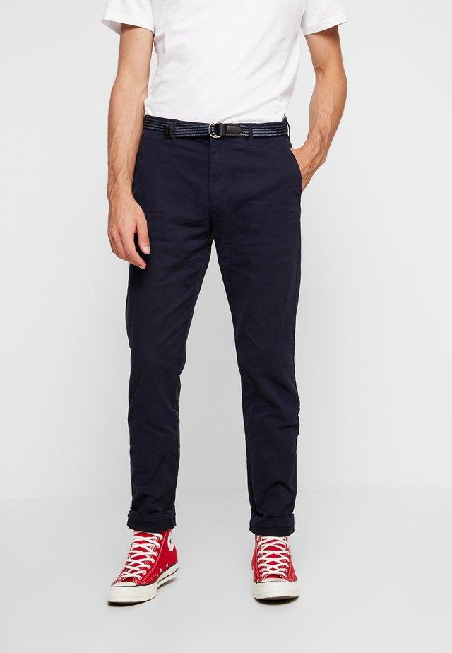 STRETCH STUART WITH BELT - Pantalones - night