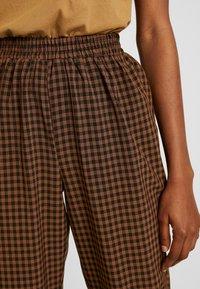 Missguided - TIE WAIST SLIM LEG TROUSERS - Kalhoty - brown - 5