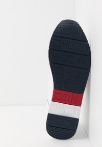 Tommy Hilfiger - CORPORATE FLAG RUNNER - Sneakers - white - 4