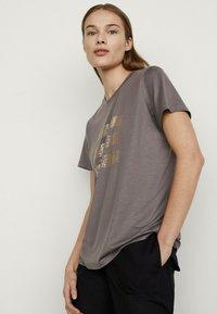 Massimo Dutti - T-shirt imprimé - grey - 1