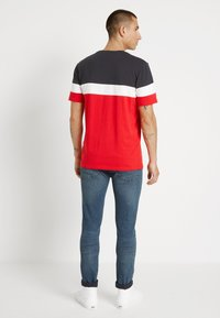 Only & Sons - ONSBAILEY  - Print T-shirt - dark navy/racing red - 2