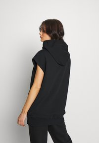 House of Holland - HEY THERE LONGLINE SLEEVELESS HOODIE - Print T-shirt - black - 2