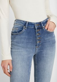ONLY - ONLBLUSH BUTTON - Jeans Skinny Fit - medium blue - 3