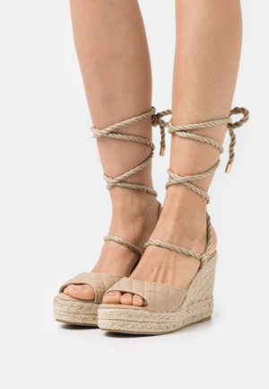 QUILTED EDGE WEDGE - High heeled sandals - sand