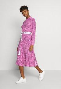 Tommy Jeans - PRINTED SHIRT DRESS - Korte jurk - pink daisy - 0