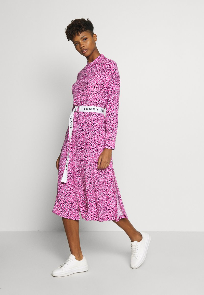 Tommy Jeans - PRINTED SHIRT DRESS - Korte jurk - pink daisy