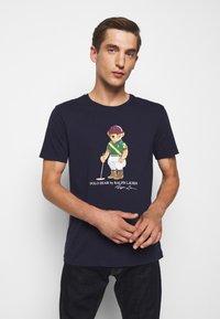 Polo Ralph Lauren - Print T-shirt - cruise navy - 0