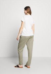 Mara Mea - NIGHT TRAIN - Spodnie materiałowe - khaki - 2