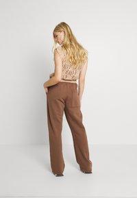 Jaded London - NEUTRALS JOGGER IN RELAXED FIT - Pantalon de survêtement - brown - 2