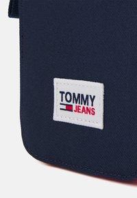 Tommy Jeans - URBAN ESSENTIALS PHONE UNISEX - Obal na telefon - blue - 3