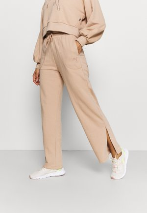 HER WIDE PANTS - Tracksuit bottoms - brush